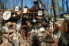 Coleccionables y desperdicios en un patio trasero, carretera 90, NY foto de archivo