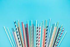 Colecciones coloridas de la paja en fondo en colores pastel Partido foto de archivo