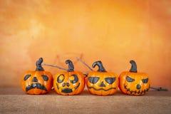 Colecciones divertidas de la calabaza de Halloween sobre fondo anaranjado borroso foto de archivo libre de regalías