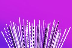 Colecciones púrpuras coloridas de la paja en fondo en colores pastel imágenes de archivo libres de regalías