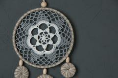 Colector del sueño del blanco gris en gris oscuro Foto de archivo libre de regalías