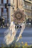 Colector hecho a mano del sueño del ojo del ` s de dios de la mandala con la hazaña blanca del pavo real fotos de archivo libres de regalías