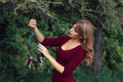 Colector hermoso del sueño de la ejecución de la mujer en árbol Foto de archivo libre de regalías