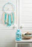 Colector ideal beige azul con los tapetitos hecho a ganchillos Foto de archivo