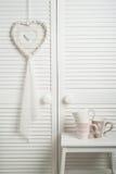 Colector ideal blanco con las tazas Imagen de archivo libre de regalías