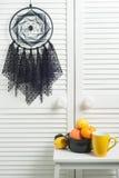 Colector ideal negro con los tapetitos hecho a ganchillos Imagenes de archivo
