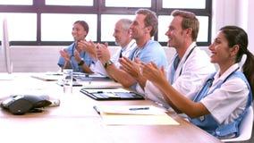 Colega de aplauso sonriente del equipo médico almacen de metraje de vídeo