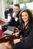 Colega de trabalho latino-americano da mulher de negócios e do macho no escritório imagem de stock