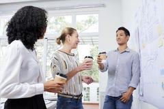 Colega de trabalho que aprecia a ruptura de caf? foto de stock royalty free