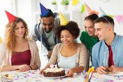 Colega del saludo del equipo en la fiesta de cumpleaños de la oficina Fotos de archivo libres de regalías
