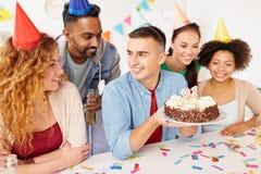Colega del saludo del equipo en la fiesta de cumpleaños de la oficina Fotos de archivo