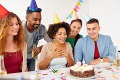 Colega del saludo del equipo en la fiesta de cumpleaños de la oficina Foto de archivo libre de regalías