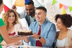 Colega del saludo del equipo en la fiesta de cumpleaños de la oficina Imagen de archivo libre de regalías