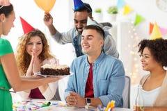 Colega do cumprimento da equipe na festa de anos do escritório Fotos de Stock