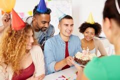 Colega do cumprimento da equipe na festa de anos do escritório Foto de Stock Royalty Free