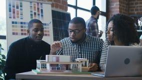Colegas étnicos que crean el alojamiento futurista almacen de video