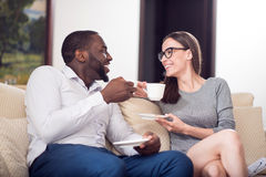 Colegas agradables sonrientes que beben el café imagenes de archivo