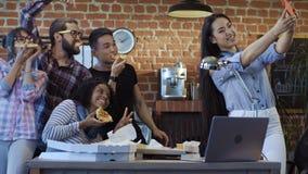 Colegas alegres que toman el selfie con la pizza metrajes