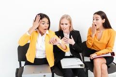 Colegas chocados de las mujeres que miran el reloj Fotografía de archivo libre de regalías