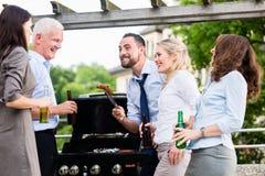Colegas de escritório que bebem a cerveja após o trabalho Imagem de Stock Royalty Free