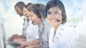 Colegas de la mujer que trabajan en Callcenter