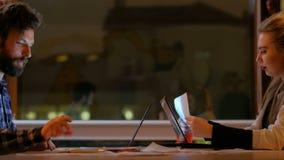 Colegas de trabalho cinco altos do negócio do sucesso dos trabalhos de equipa vídeos de arquivo
