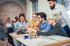 Colegas de trabalho criativos novos que trabalham com projeto startup novo foto de stock