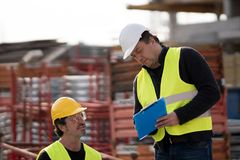 Colegas de trabalho da construção no trabalho imagens de stock