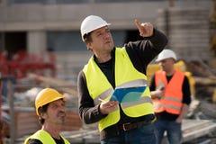 Colegas de trabalho da construção no trabalho imagem de stock royalty free