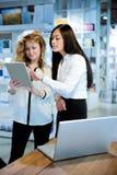 Colegas de trabalho das mulheres que trabalham junto Foto de Stock Royalty Free