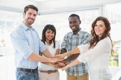 Colegas de trabalho felizes que juntam-se às mãos em um círculo Fotografia de Stock