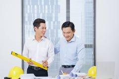 Colegas de trabalho masculinos que discutem ideias sobre o projeto no escritório, archit Imagem de Stock
