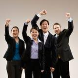 Colegas de trabalho que cheering e que comemoram Fotos de Stock Royalty Free