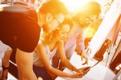 Colegas de trabalho que fazem grandes decisões empresariais Escritório moderno criativo novo de Team Discussion Corporate Work Co Imagem de Stock