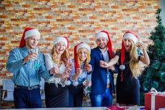 Colegas del negocio en la fiesta de Navidad de la oficina Concepto del asunto Fotografía de archivo