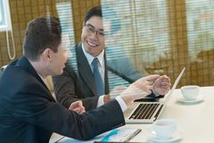 Colegas del negocio en la sala de reunión Foto de archivo libre de regalías