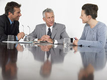 Colegas del negocio que discuten en la mesa de reuniones Imagen de archivo