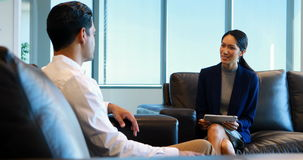 Colegas del negocio que obran recíprocamente con uno a