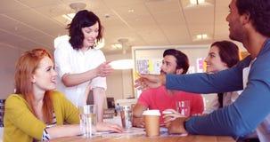 Colegas del negocio que sacuden las manos en la reunión