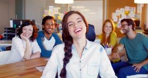 Colegas del negocio que se sientan junto en oficina