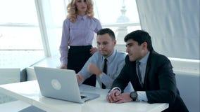 Colegas del negocio que tienen conversación interior metrajes