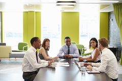Colegas del negocio que tienen una reunión informal en el trabajo imagenes de archivo