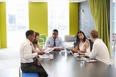 Colegas del negocio que tienen una reunión informal en el trabajo foto de archivo