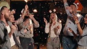 Colegas del trabajo en la fiesta junto metrajes