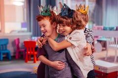 Colegas deleitados positivos que comemoram seu melhor amigo fotos de stock royalty free
