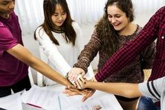 Colegas do grupo de estudo que juntam-se ao conceito dos trabalhos de equipa das mãos junto Fotos de Stock Royalty Free