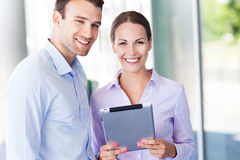 Colegas do negócio com tabuleta digital Foto de Stock