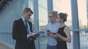 Colegas do negócio da reunião no corredor do escritório Fotografia de Stock Royalty Free