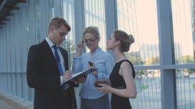 Colegas do negócio da reunião no corredor do escritório Imagens de Stock Royalty Free