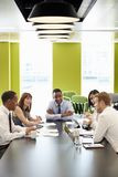 Colegas do negócio em uma reunião informal, vertical foto de stock